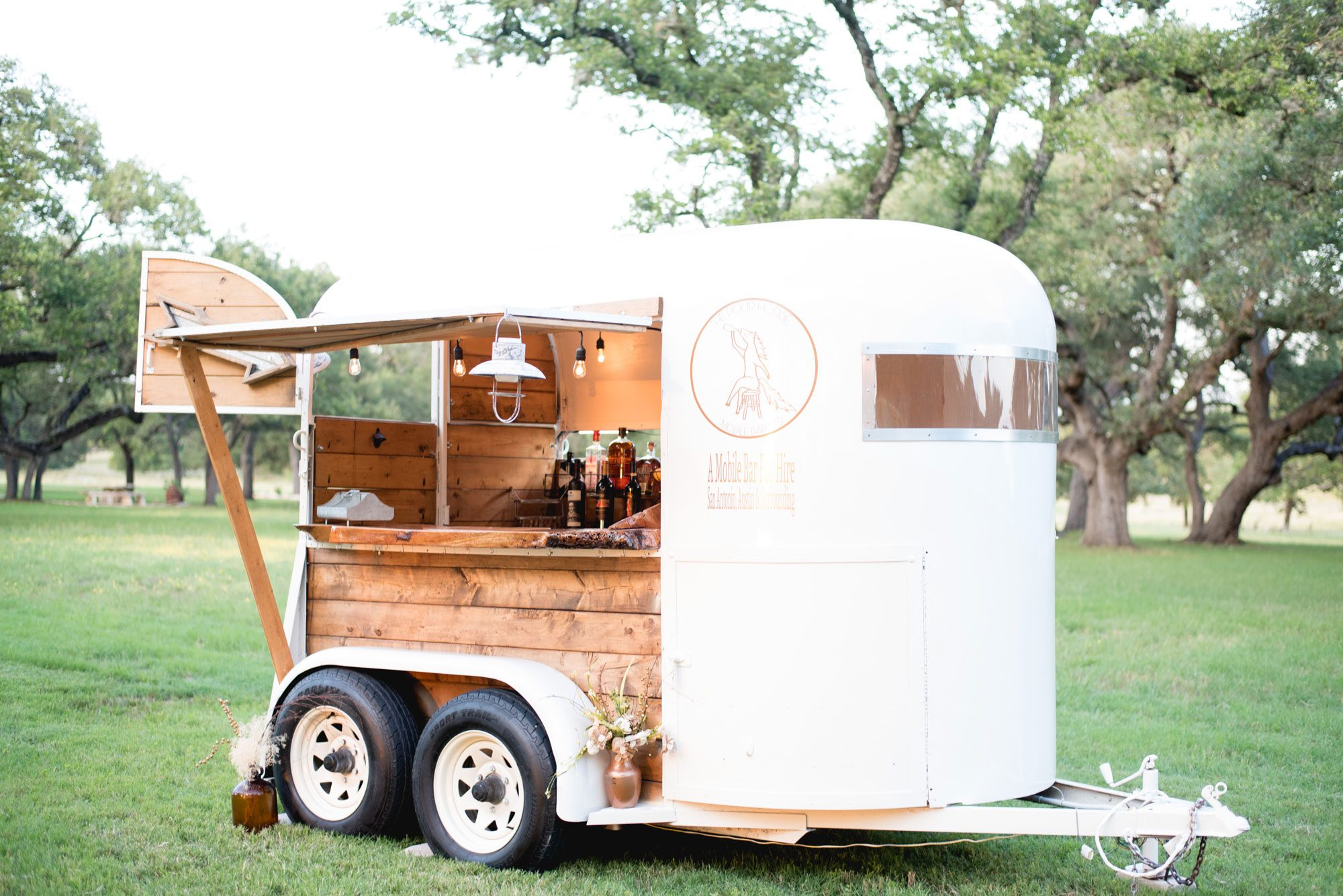 Mobile horse trailer bar
